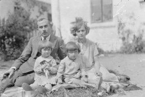 Kilkuletni Jerzy Ficowski z rodzicami, po jego prawej ręce siostra Krystyna, fot. autor nieznany