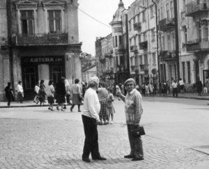 """Z Alfredem Schrayerem w Drohobyczu, rok 1988 (w głębi ul. Mazepy, dawniej Stryjska, pierwowzór Schulzowskiej """"Ulicy Krokodyli""""), fot. autor nieznany"""